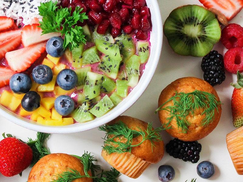 Bol de fruits super petit déjeuner et muffins