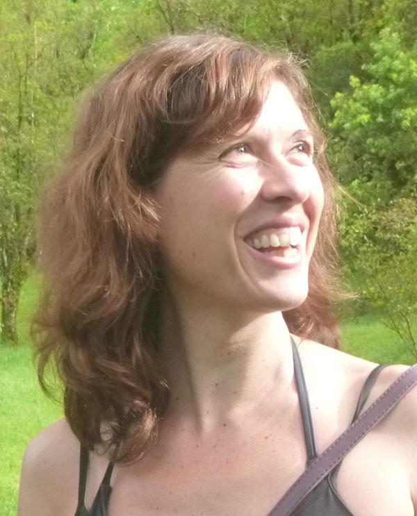 Portrait souriant de Fabienne, naturopathe iridologue