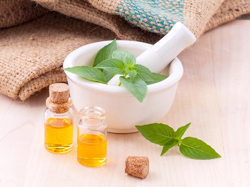 Pilon, plantes aromatiques fraîches et huiles, phytothérapie, naturopathie